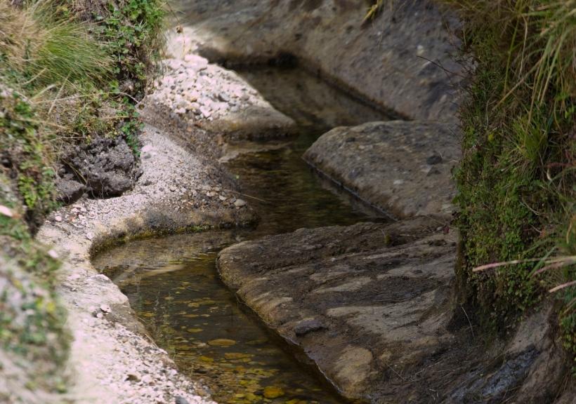 Canal hecho en piedra en Cumbemayo