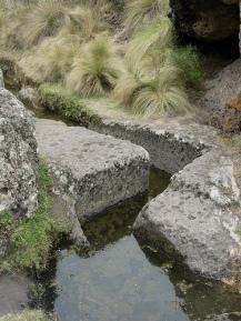 .....un canal tallado en piedra....