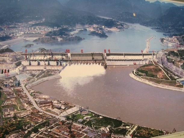 El proyecto de las Tres Gargantas (TGP) es el mayor proyecto Hidro energético del mundo, de múltiple propósito en el control de inundaciones, generación de energía y navegación.