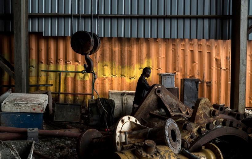 Un trabajador en la Acerera Good Time en Lusaka, Zambia, donde los apagones han afectado la producción. Credit Joao Silva para The New York Times