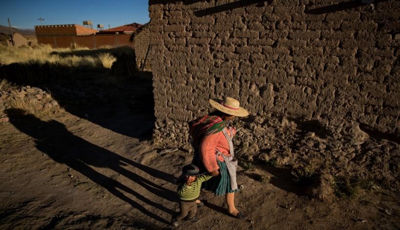 Una madre y su hijo en Llapallapani, una población que siempre vivió de la pesca Credit Josh Haner/The New York Times
