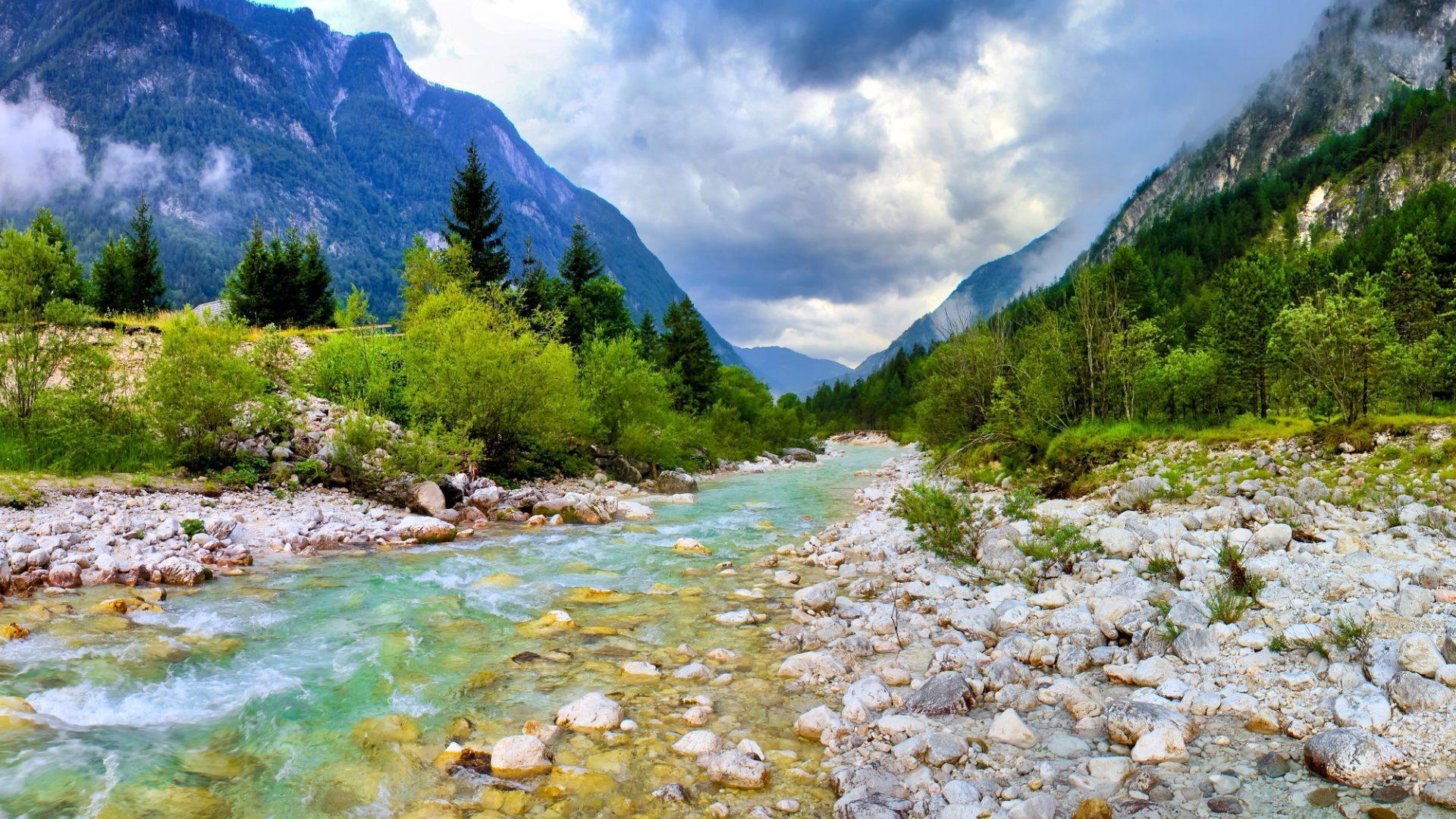 Resultado de imagen de El agua de un río en la montaña