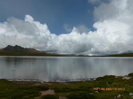 la Laguna Puajanca Alta a 4,715 msnm con una capacidad de almacenamiento de 1.5 MMC