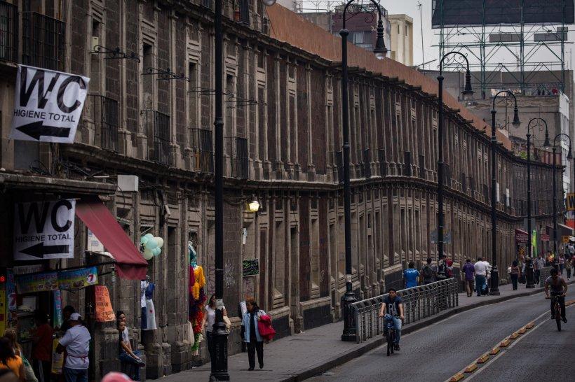 Debido al hundimiento de la tierra, llamado subsidencia, muchos edificios parecen ondular