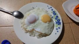 ...y dos huevitos a la cacerola con arroz, uno de ellos de pata (el más oscurito) fue simplemente genial