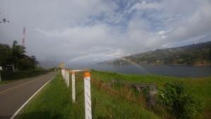 """A las 2.40 pm llegamos al Lago Calima. """"El Embalse Calima fue construido por la empresa PERINI e inaugurado en 1966. La dimensión de su embalse es de 13 Kilómetros de largo por 1,5 Kilómetros de ancho, la superficie inundada es de 1934 hectáreas, el volumen total almacenado 581 millones de M3. El Lago Calima se ubica en el departamento del Valle del Cauca, República de Colombia. Pudimos apreciar las nacientes de un arco iris que nos daba la bienvenida a este mágico lugar, donde podemos apreciar el cambio de clima en cuestión de minutos…en esta parte una lluvia…y algunos metros más abajo un sol resplandeciente…"""