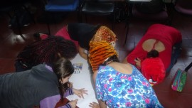 La creatividad se manifiesta también estos grupos de trabajo las formas coloridas de trabajo van dando forma a los conceptos y los papelográfos se van pintando