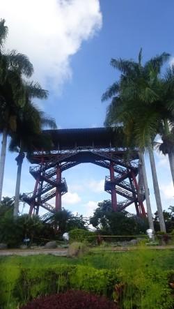 A la entrada se encuentra un mirador de 22 metros de altura que da la bienvenida a este parque temático, desde donde se observan el parque y el departamento del Quindío