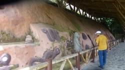 Están representadas los arreglos funerarios de diferentes castas sociales que se han podido encontrar como evidencias de la cultura Quimbaya, desde el poblador común, con poco ajuar funerario hasta el de alta jerarquía quien presenta un alto ajuar.