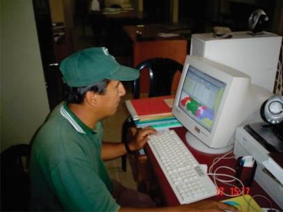 El Sr. Felipe, técnico de la Comisión de Regantes manejando el Sistema de Información en Riego (SIR)