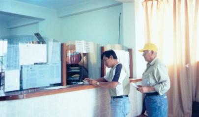Parecía la atención en un Banco. En la foto con mi amigo Roberto Mendoza